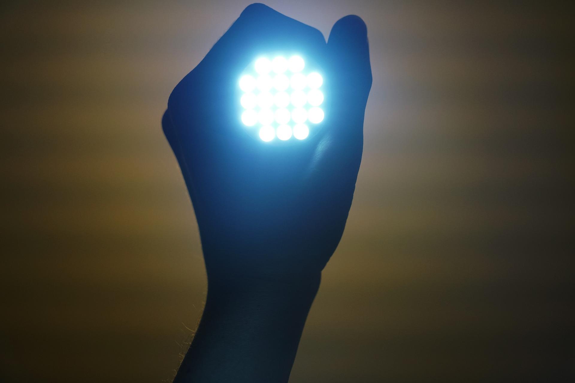 Dłoń trzymająca żarówkę LED od PGE