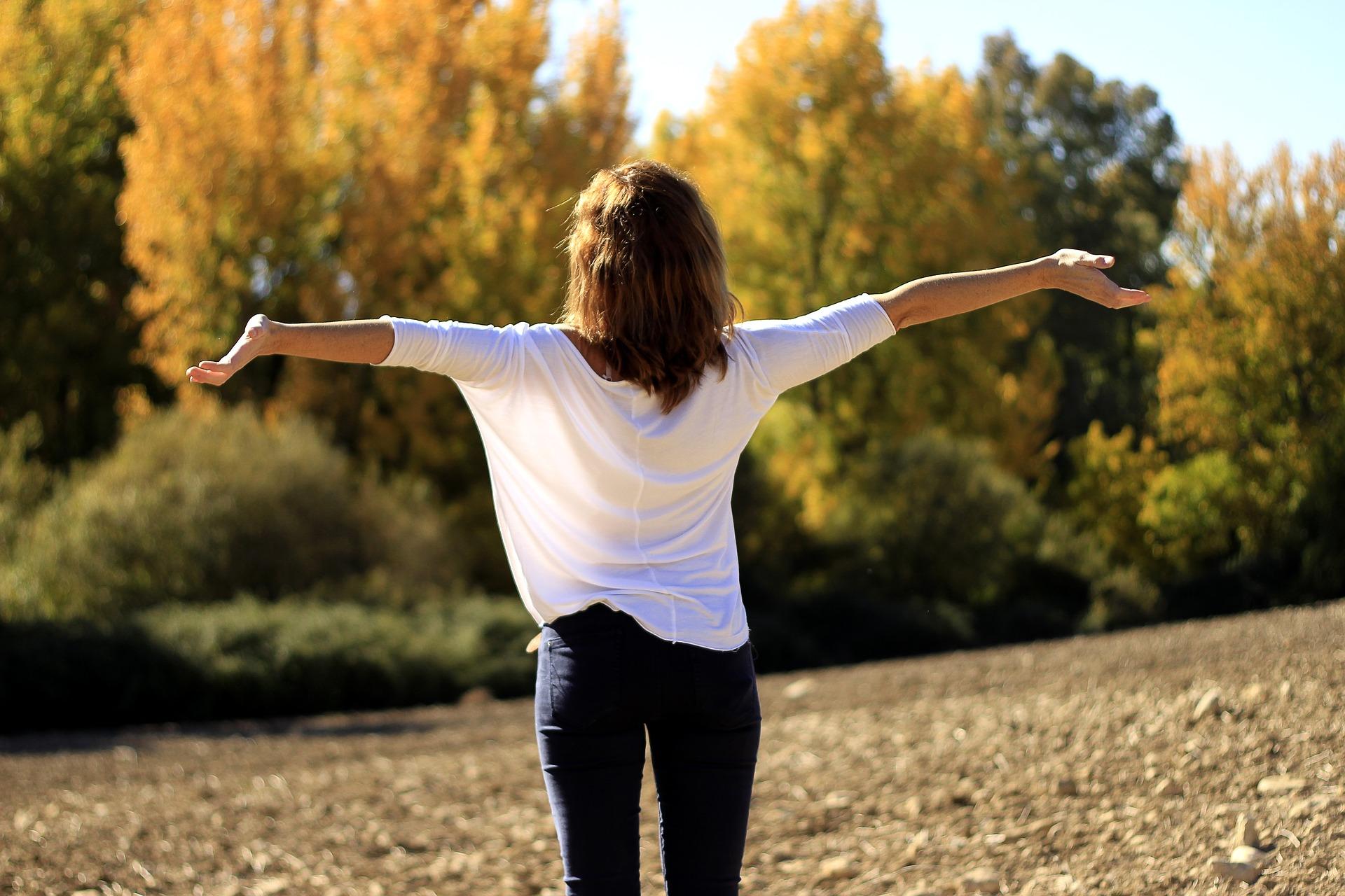 Kobieta cieszy się czystym powietrzem na łonie natury, a to dzięki taryfie antysmogowej
