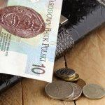 Pieniądze na stole na tle portfela - jakie są ceny prądu w 2018?